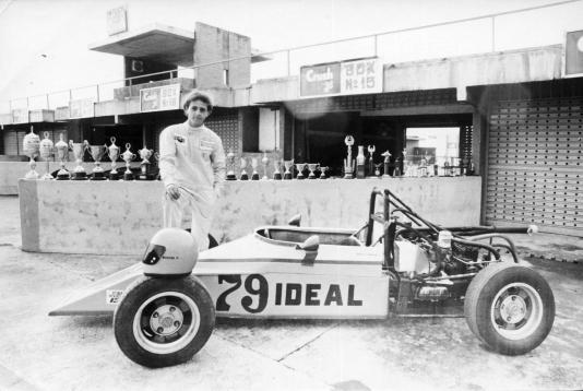 Roberto Moreno com o carro com o qual disputou sua única corrida de Fórmula Vê, em 1987, em Brasília; no muro dos boxes estão vários troféus, provavelmente de conquistas no kart (Foto: Blog do Pandini)