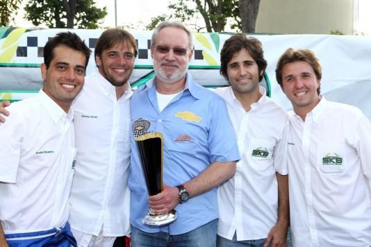 Sérgio Sondermann, pai de Gustavo, recebe homenagem das mãos dos organizadores do SKB em 2012 (Foto: Divulgação)