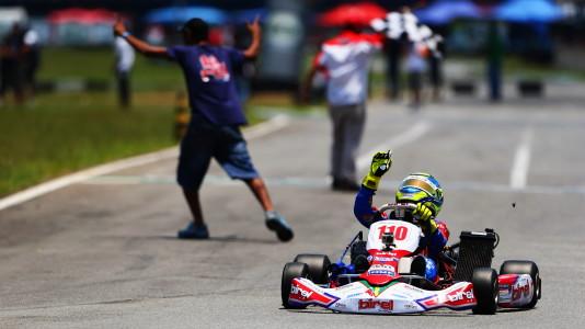 Gianluca comemora o título do SKB-14. (Foto: Maurício Villela)