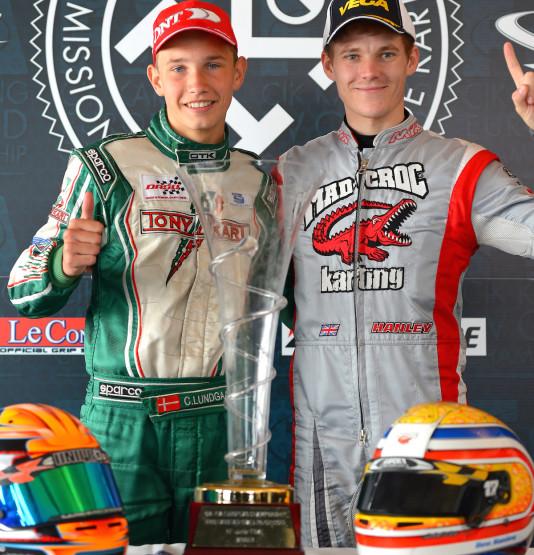 Lundgaard (esq.) e Hanley. Os campeões de KFJ e KF no Europeu de Kart 2015. (Foto: CIK-FIA/KSP)