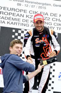 Campeão europeu de KZ em 2013, Max Verstappen acompanhou as finais em Genk e entregou o troféu a Jeremy Iglesias. (Foto: CIK/KSP)