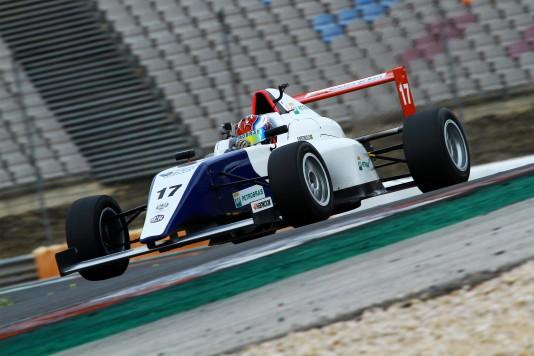 Vencedores testaram carro de Fórmula 4 em Portugal. (Foto: Fabio Oliveira)