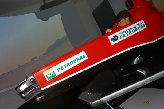 Vinícius Papareli em ação no simulador de Fórmula 1. (Foto: Fabio Oliveira)